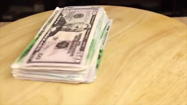 svazek peněz se otáčí o 360 stupňů na dřevěném stojanu