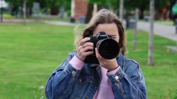 fotografka fotografuje kameru. Moskva, Rusko 20. května 2020
