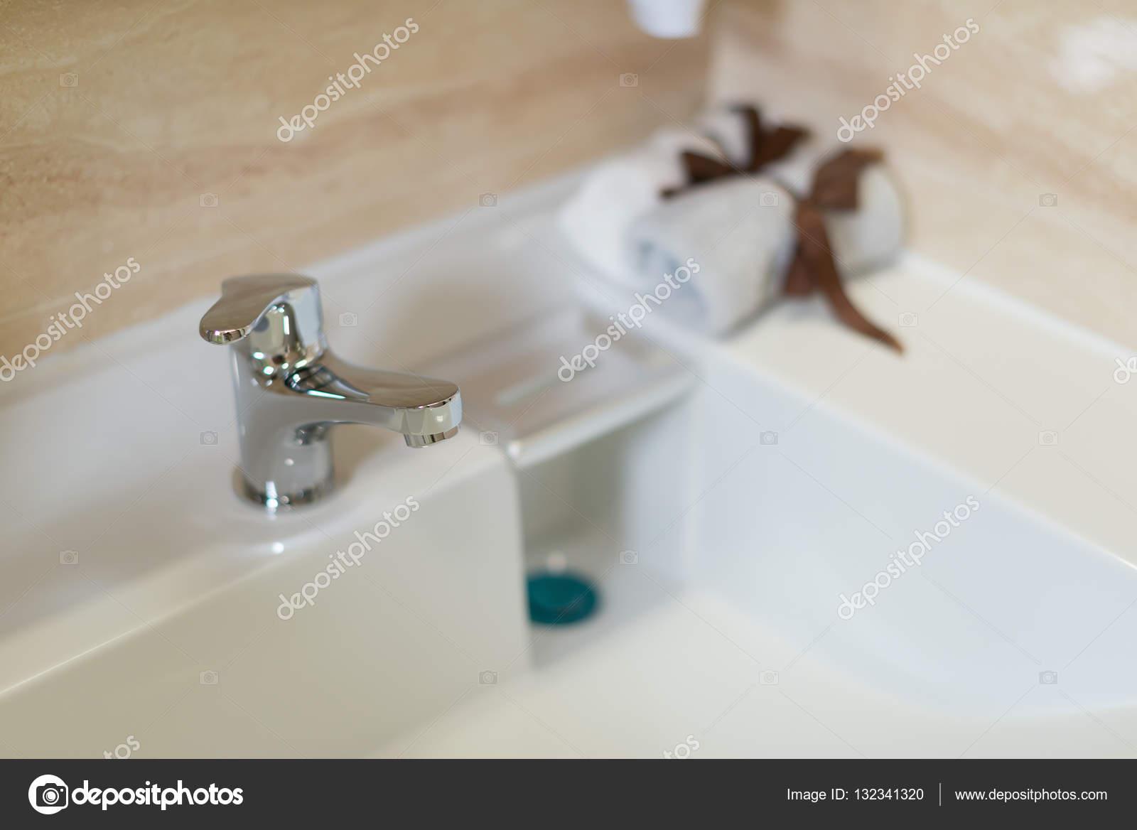 Lavabi In Acciaio Bagno.Rubinetto Per Lavabo E In Acciaio Inox Pulito In Un Bagno Foto