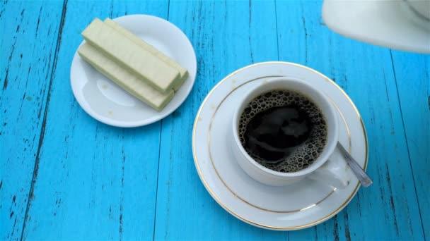instantní káva s sladké čokoládové oplatky bloky v okolí 4k