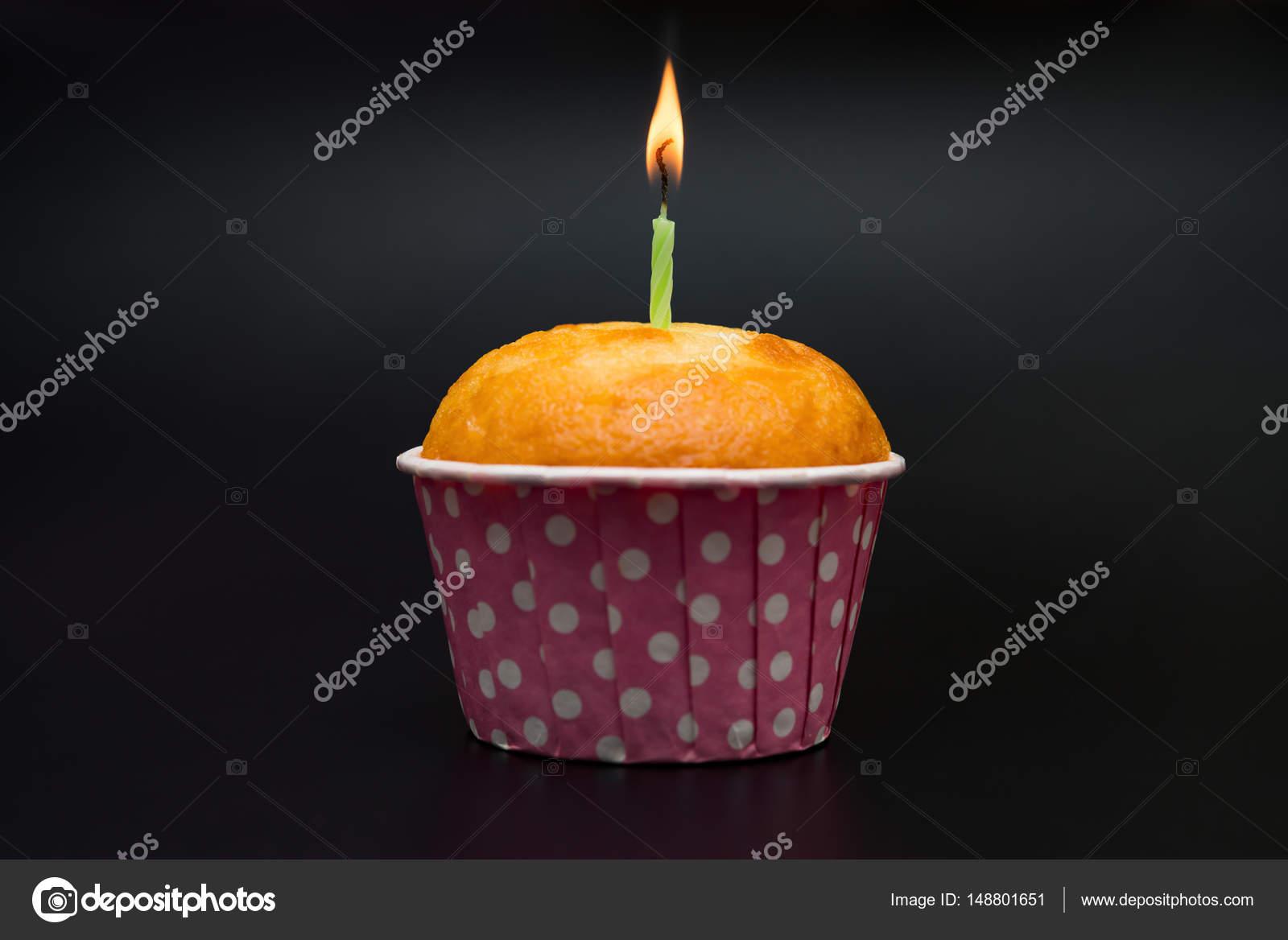 gâteau d'anniversaire fait maison avec combustion bougie sur un fond