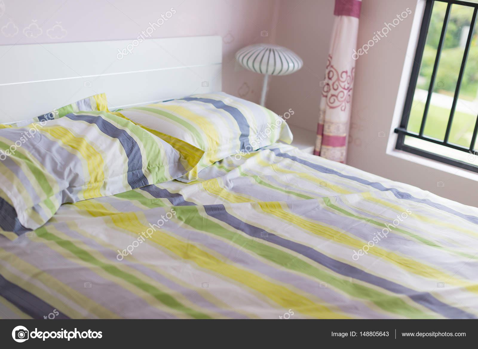 letto con cuscini in una camera da letto — Foto Stock © FreerLaw ...