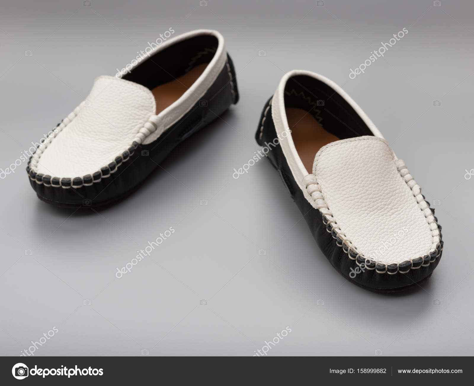 252902a7ef5 Paire de chaussures tendances pour enfants sur fond gris– images de stock  libres de droits