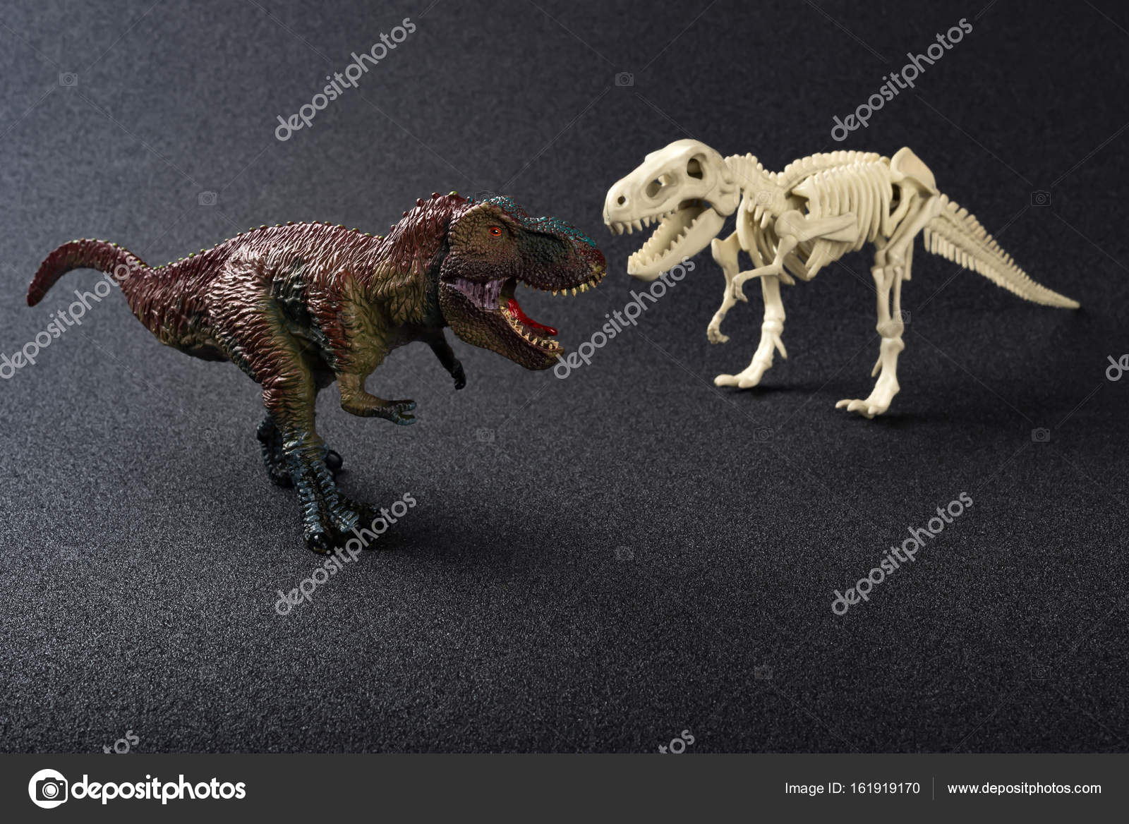 暗い背景にティラノサウルスとティラノサウルスのおもちゃ ストック