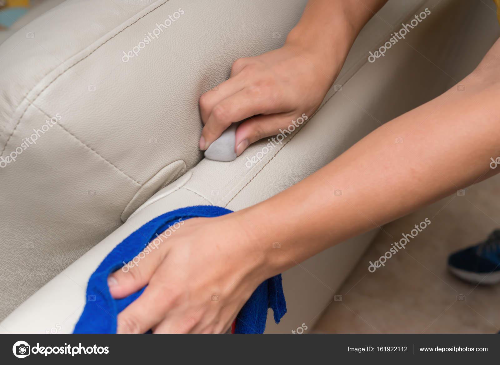 Reinigung Ledersofa Mit Schwamm Und Handtuch Zu Hause Stockfoto