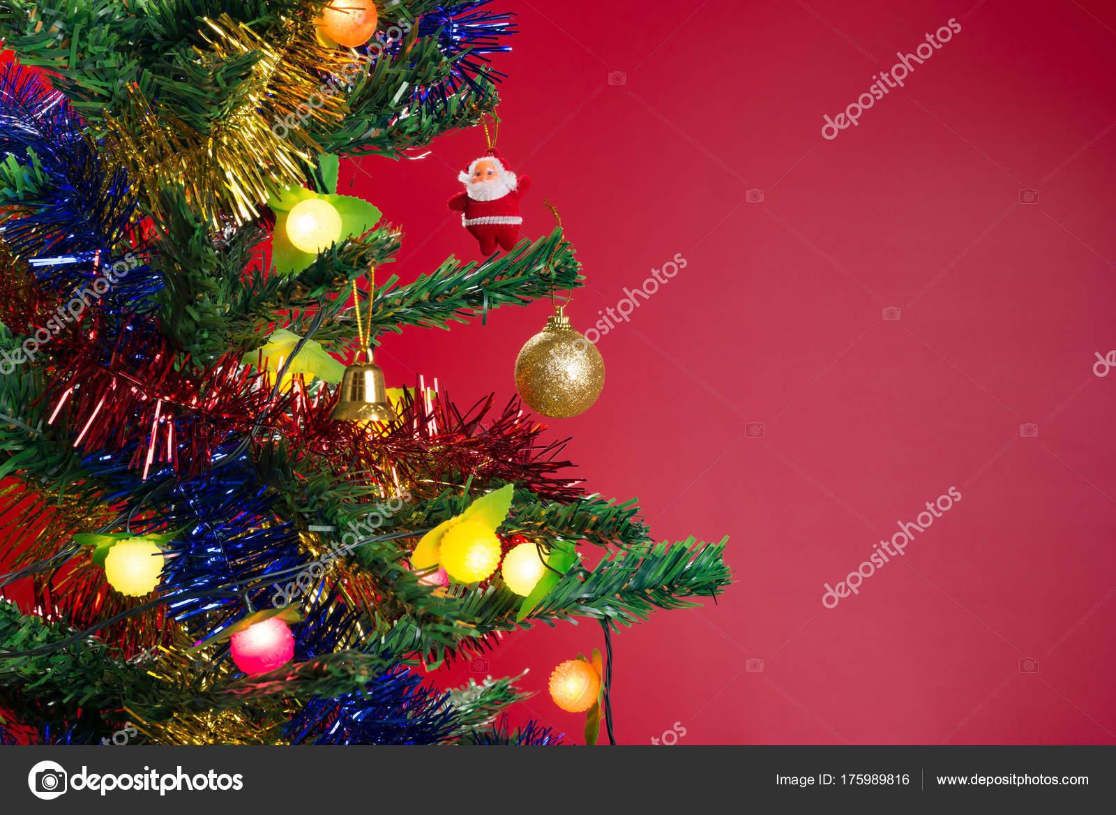 Kerstdecoraties Met Rood : Fir tree met kerstversiering rood u stockfoto freerlaw