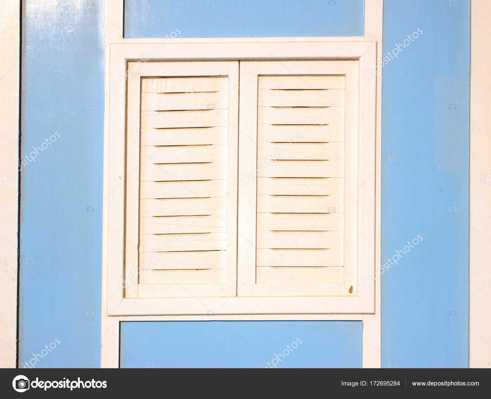 Alte Vintage Holz-Fenster schließen — Stockfoto © valeo6 #172695284