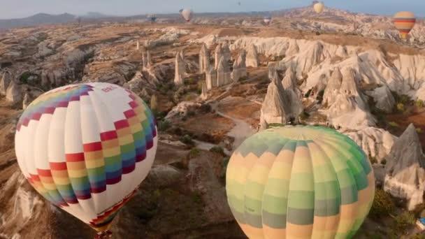Kappadocia, a turisták lufikkal repülnek. Mint egy keret egy filmből.