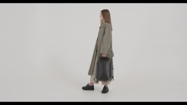 Móda, modelka jde ke kameře, módně oblečená. Natáčení pro módní časopis
