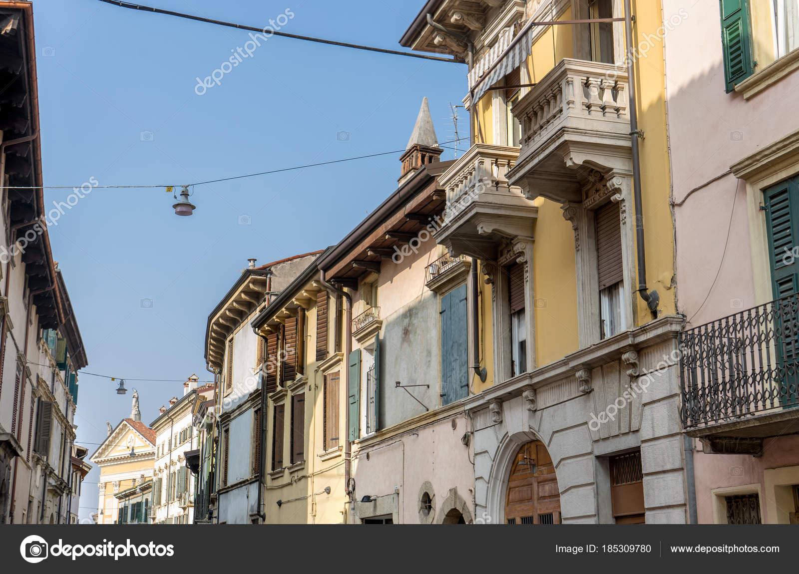 Façades Méditerranéennes Street Avec Jolie Belles Maisons Vérone ...