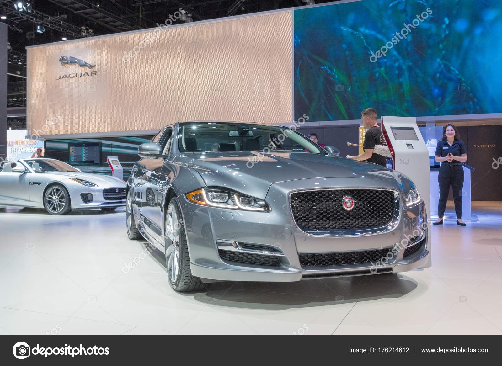 Los Angeles, EUA   30 De Novembro De 2017: Jaguar Xj Em Exposição Durante  La Auto Show No Centro De Convenções De Los Angeles U2014 Fotografia Por ...