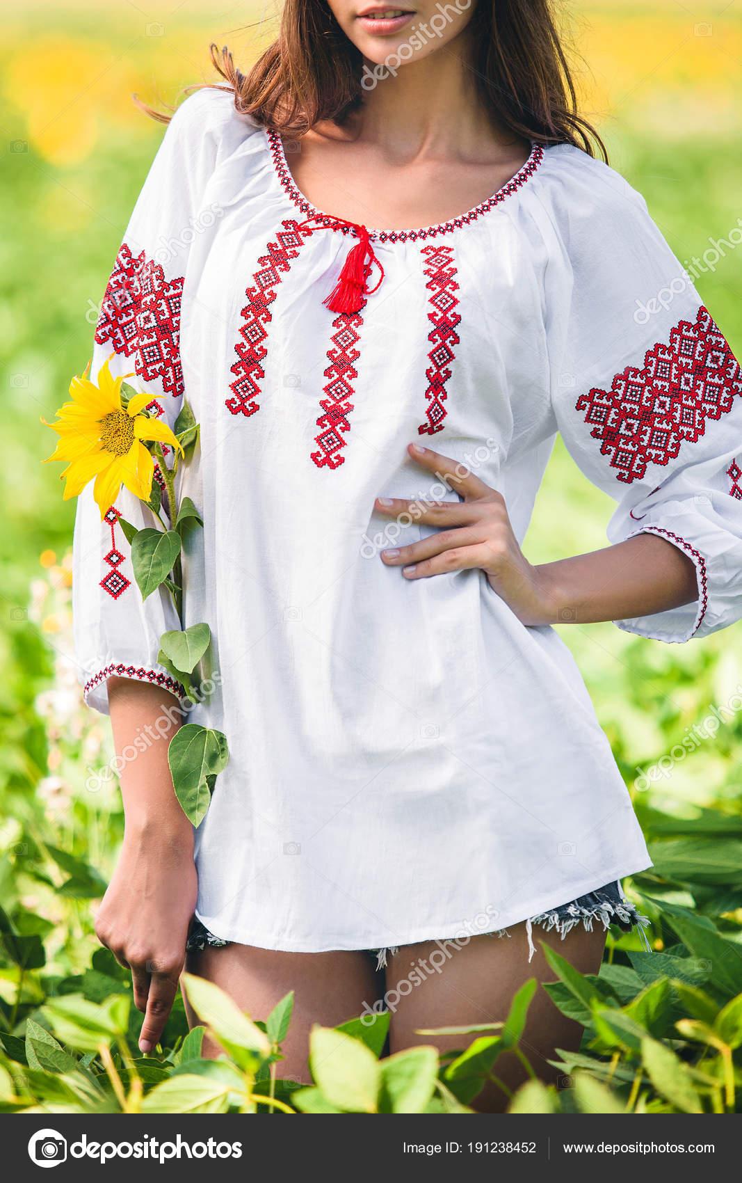 Manos bajo la blusa | Chica Encuentra Blusa Bordada Sostiene Girasol ...