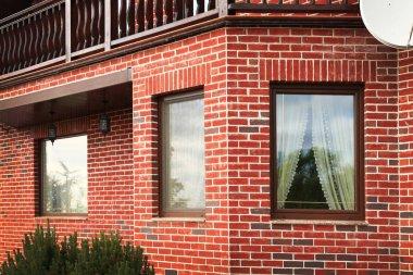 """Картина, постер, плакат, фотообои """"план дома из кирпича с окнами рядом куст во дворе картины города"""", артикул 193976194"""