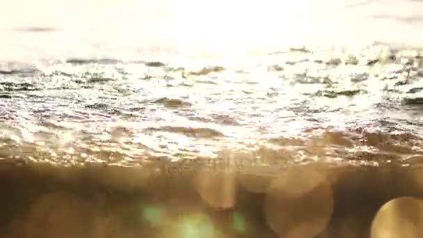 Odraz východ slunce na kamenech a písku na pláži Turecko