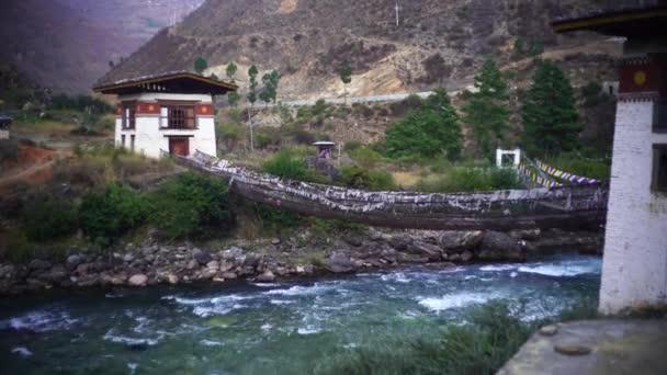 Folyó és erdő a Himalája hegységben Bhután