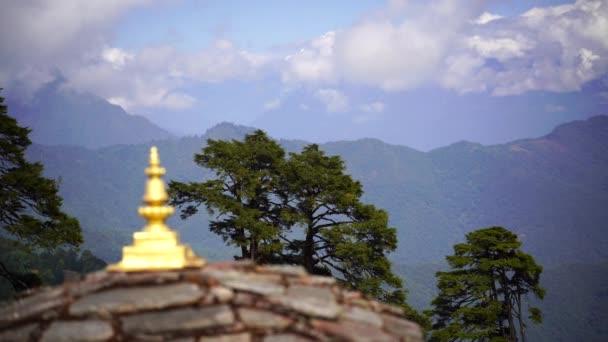 Tempel und religiöse Gebetsfahnen im Tal, Bhutan