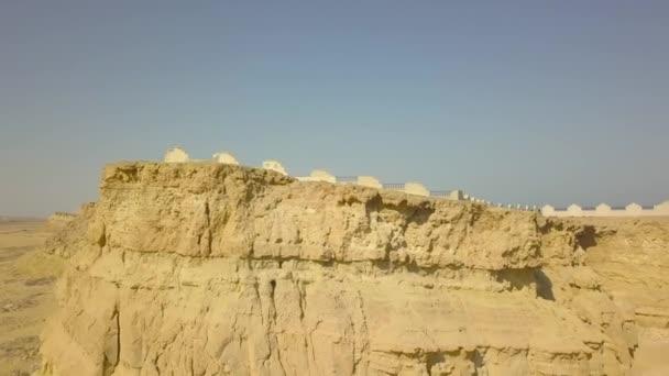 Khorbas Jeskynní komplex se nachází na jižním pobřeží ostrova Keshm, Írán.Dron dělá video shora, jde dolů. Můžete vidět jeskyně ve skále, plot, stromy.