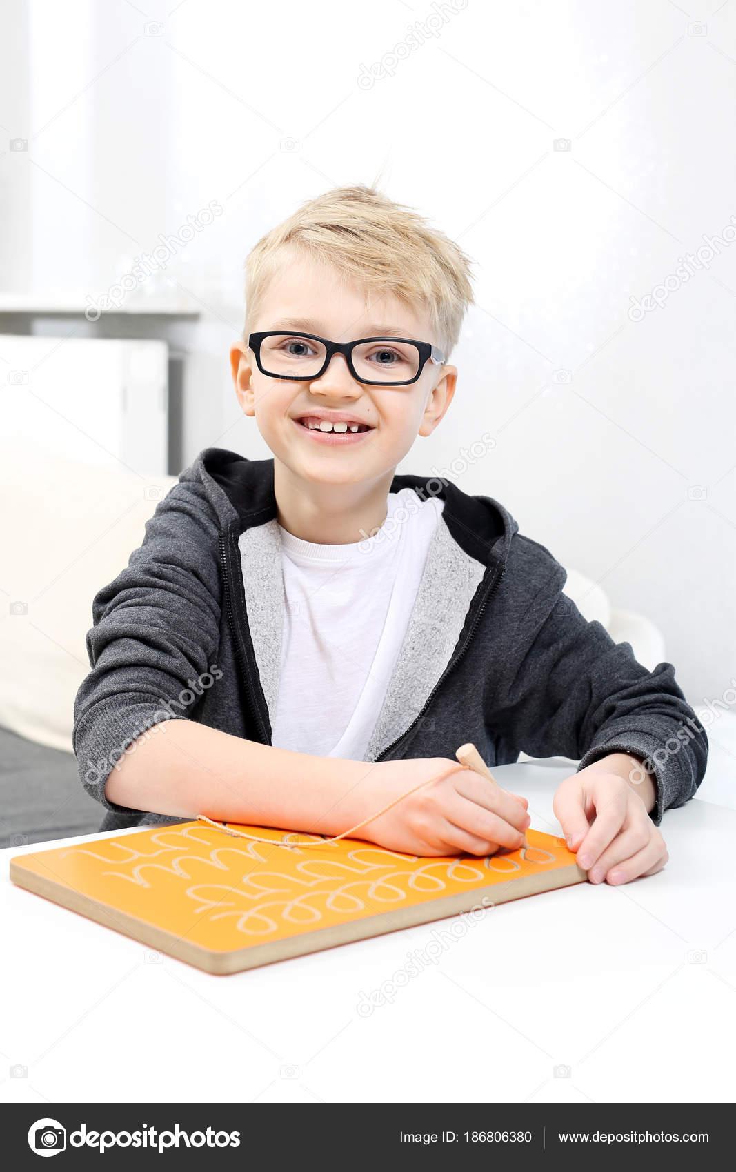 Lernen Schreiben Lächelnde Junge Praktizierender Briefe Schreiben