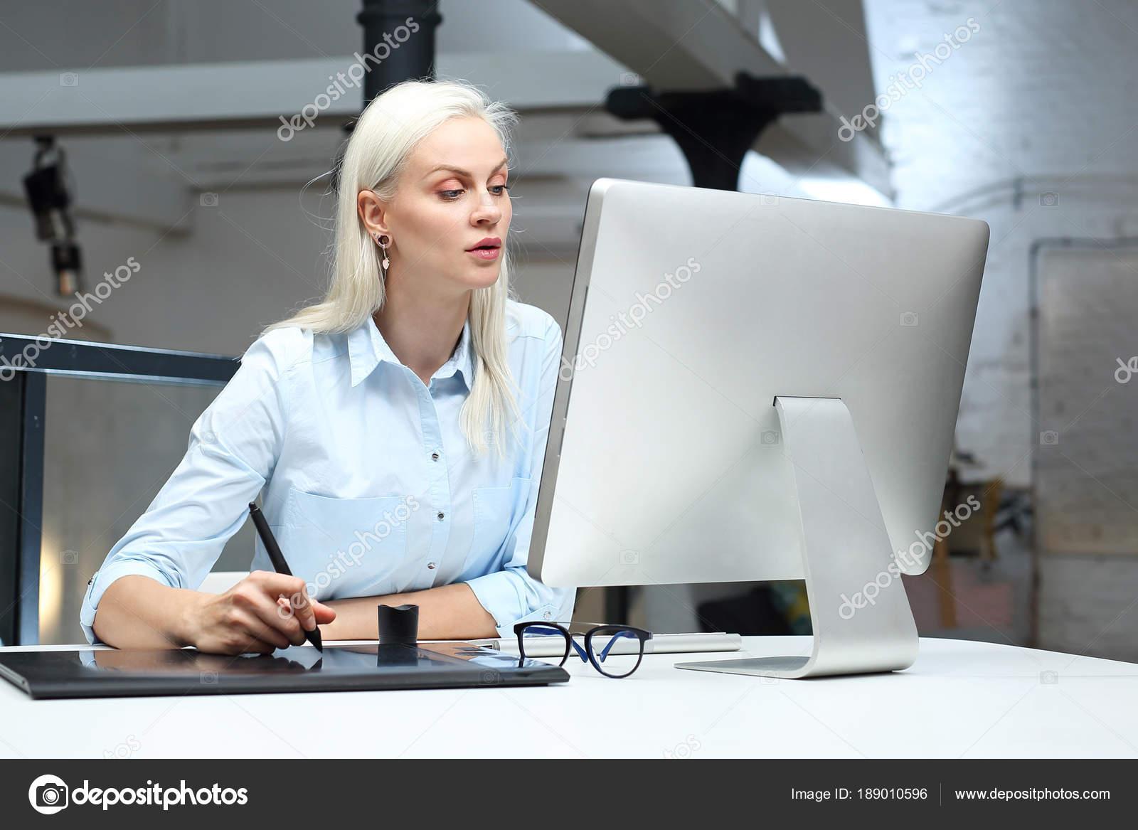 Ufficio Stile Moda : Designer grafico del computer sul compositore giovane donna alla