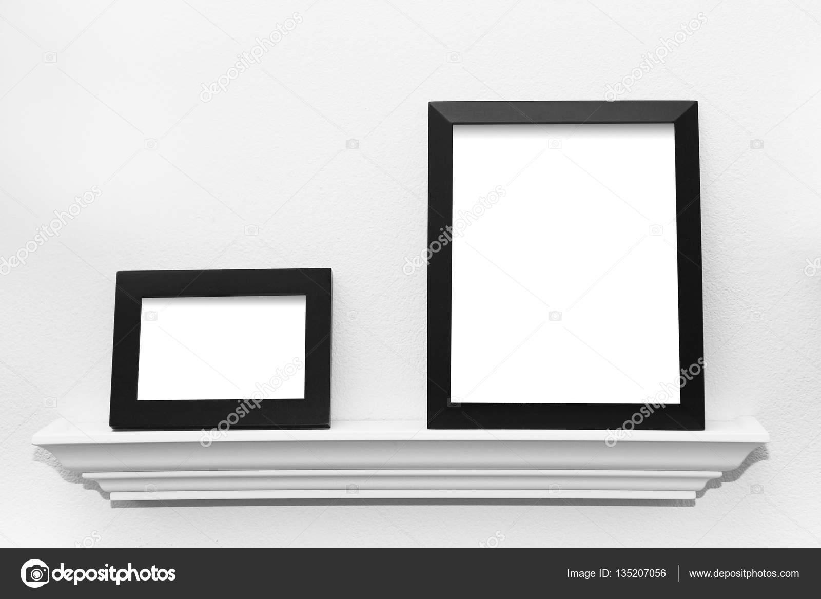 Dos marcos negros sobre una repisa de imagen Listo para tu imagen ...