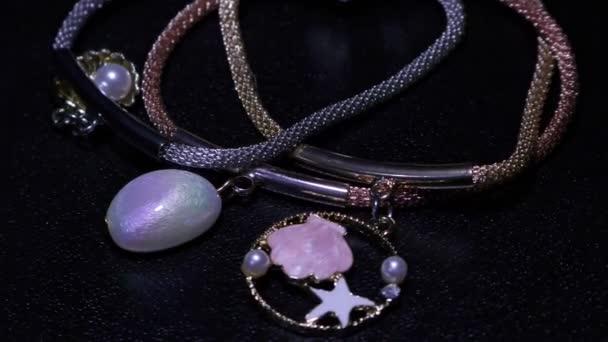 Perla a barevné hvězdy se zlatými nitěmi na náramek na šperky, hvězdy