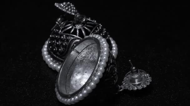 Zwei tragbare Ohrringe auf Weißmetallbasis ausgestellt