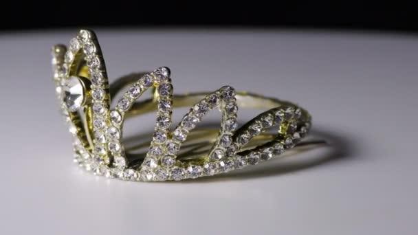 Gyémánt szegélyezett korona fehér fémmel, amelyet hajfonatként használnak