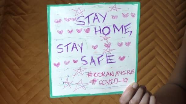 Bleiben Sie zu Hause bleiben Sie sicher während des Coronavirus covid-19 Ausbruchs Meldung auf dem Plakat.