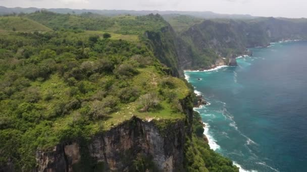 Turquoise waters, white sand and limestone cliffs at diamond beach in Nusa Penida, Bali, Indonesia