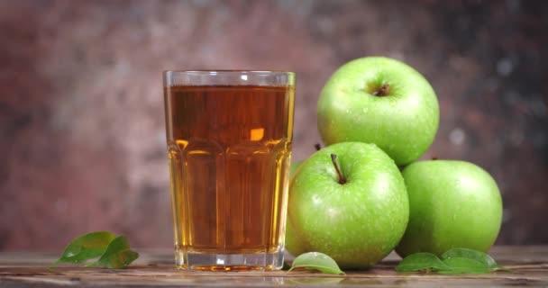 Rotace sklenice čerstvého jablečného džusu.