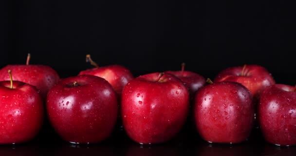 Friss vörös alma vízben.