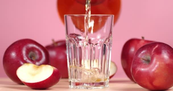 Öntsük az almalevet egy pohárba.
