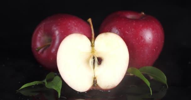Červená jablka s chladnou párou. Jablka v ledničce.