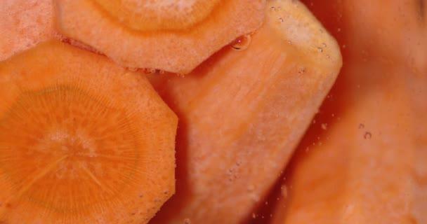 Friss, lédús sárgarépa víz alatt.