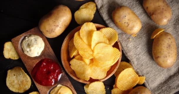 Čipsy s různými omáčkami a čerstvými brambory se pomalu střídají.