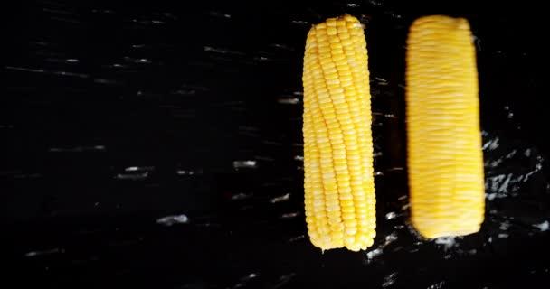 Kukuřičné rolky ve vodě se šploucháním.