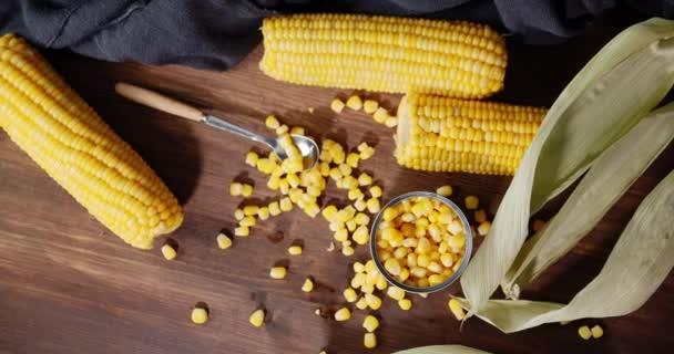 Kukuřice na stole se pomalu otáčí.