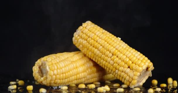 Čerstvá kukuřice s chladnou párou.