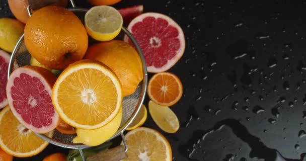 Various types of citrus in the colander to slowly rotate.
