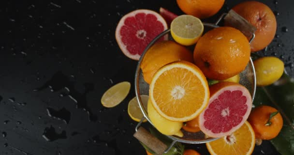 On the citrus fruits in a colander falling water drops.