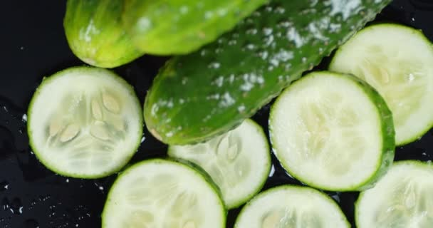 A friss uborka szeletei lassan forognak.