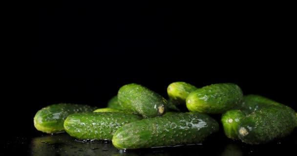 A friss zöld uborka lassan forog..