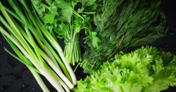 Különböző zöldségek saláta lassan forog.