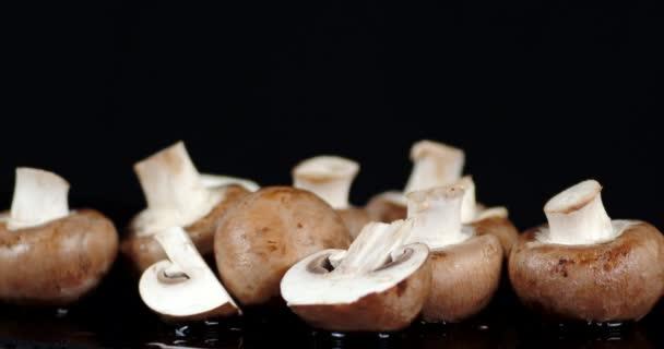 Szeletelt és egész gombák lassan forognak..