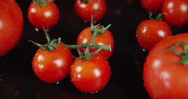 Verschiedene Arten von reifen Tomaten auf dem Tisch.