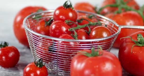 Ein Sieb mit reifen Tomaten dreht sich langsam.