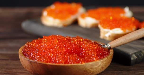 Vörös kaviár egy tányéron, és a szendvicsek lassan forognak..