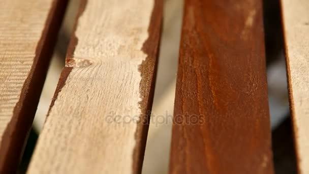 Lakování dřeva štětcem