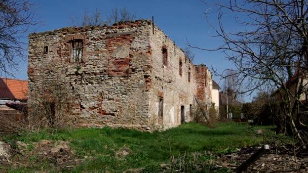 staré rozpadlé budovy