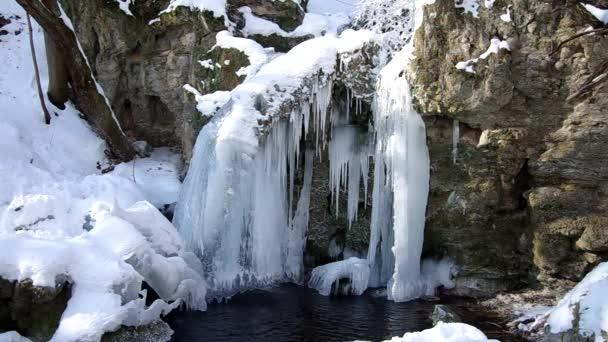 Vodopád v národním parku Slovenský kras, v obci s názvem Haj v zimě